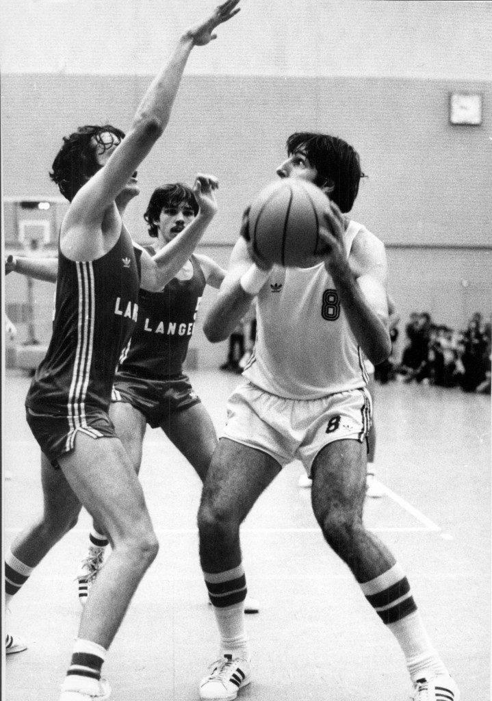 Center Ted Hundley gegen Joe Leonard (links) und Jürgen Barth (Mitte), die mit ihrem TV Langen zum Angstgegner des USC wurden (Slg. Peter Wittig)