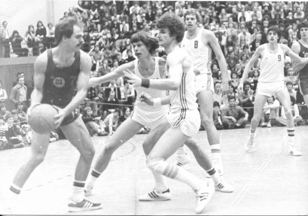 Leverkusens Burmeister wird von Achim Strüven und Rainer Frontzek bedrängt, im Hintergrund die USC-Center Mark Veenstra (8) und Bernd Kimpel (9) (Slg. Peter Wittig)