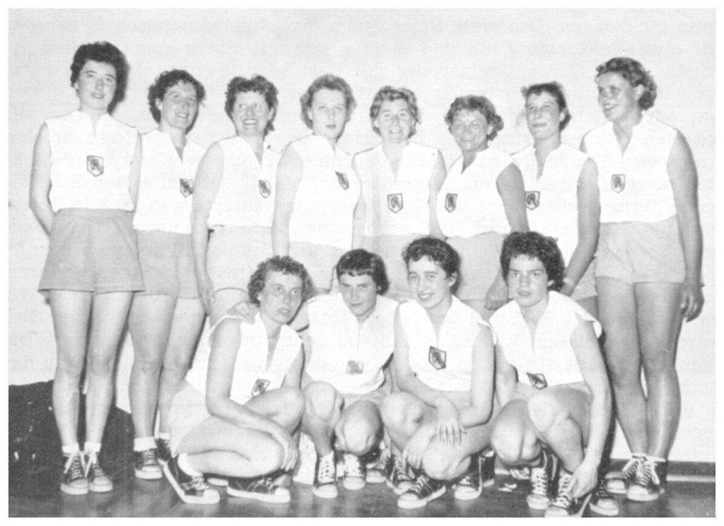 Stolz präsentieren sich die USC-Damen als Deutscher Vizemeister. Stehend von links nach rechts: Helga Scholl, Lilli Kaehler, Anneliese Siebenhaar, Renate Marien, Hilla Kitzing, Maria Neumann, Hella Ottmar, Bärbel Bucher; kniend v. l.: Anni Riehl, Inge Burckhardt, Christel Schweller, Annerose Egner (Quelle: USC-Clubnachrichten 1956/57, Slg. Wolfgang Luckenbach).