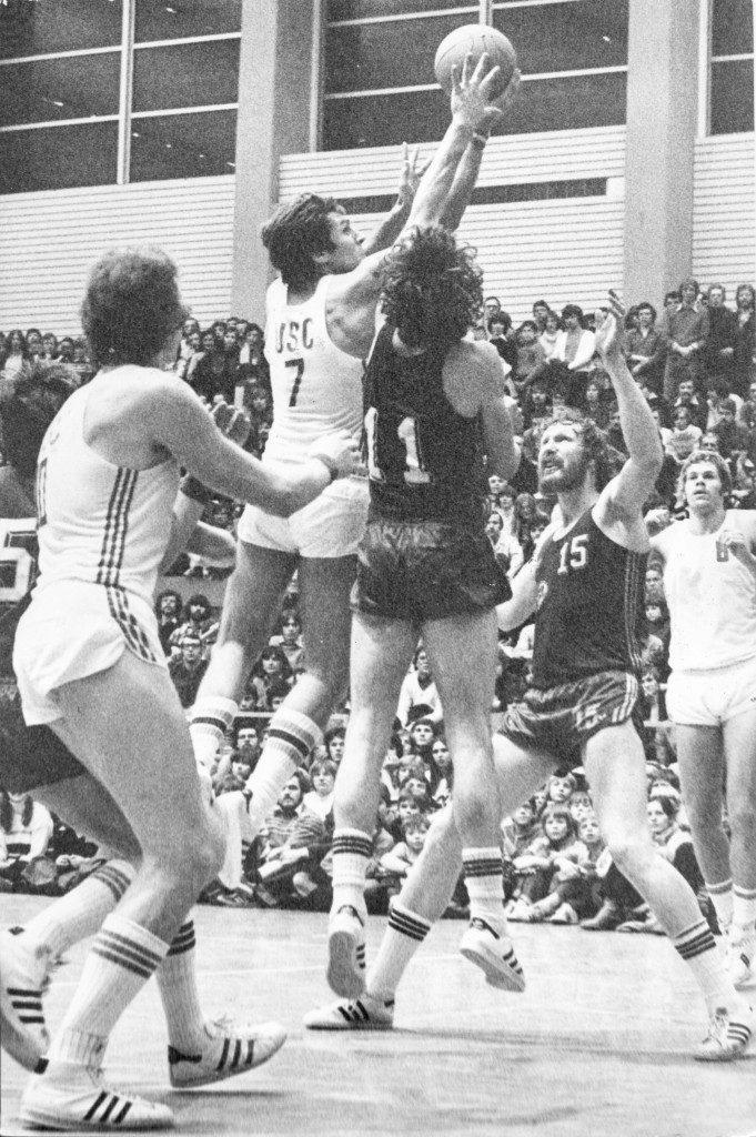 Auch Hans Niklas (7) setzt sich gegen Rudi Kleen durch. Links Wolfgang Fengler, rechts Mark Veenstra, vor diesem Norbert Thimm (15) (Foto: Alfred Gerold, Slg. Peter Wittig)