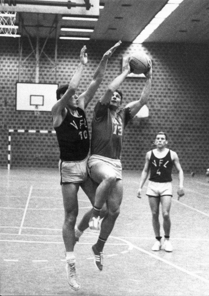Volker Heindel (USC) zieht gegen seinen ehemaligen Vereinskameraden Klaus Weinand (VfL Osnabrück) energisch zum Korb; im Hintergrund Osnabrücks Nationalspieler Uhlig (Slg. Volker Heindel).