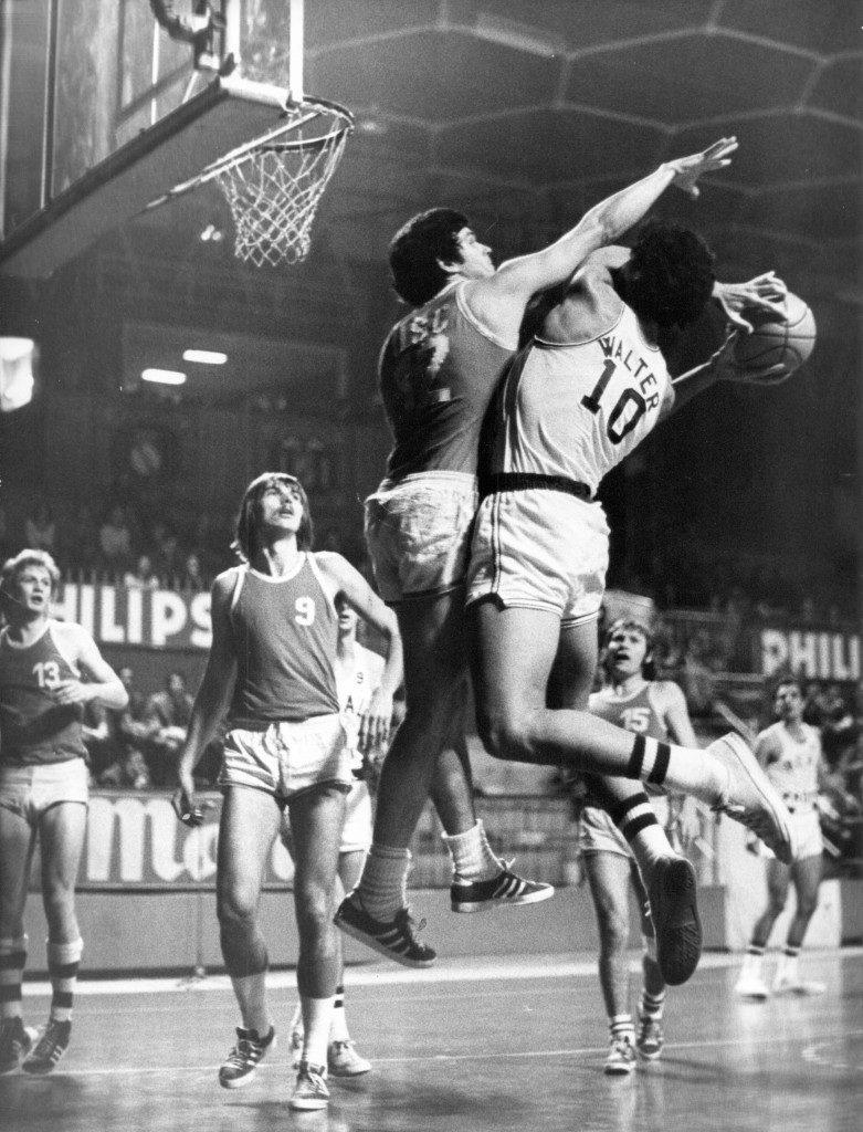 Mannschaftskapitän Wolfgang Lachenauer (Bildmitte) kümmerte sich in beiden Spielen um Walter Szczerbiak (10). Auf dem Foto sind auch die USC-Spieler Walter Wieland (13), Didi Keller (9) und Hans Riefling (15) gut zu erkennen (Slg. Wolfgang Lachenauer).