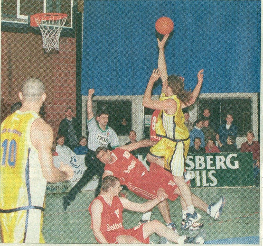 Rustikal zieht USC-Center Olaf Schindler zum Korb. Die Freiburger Stefanovic und Johnson landen unsanft auf dem Boden.